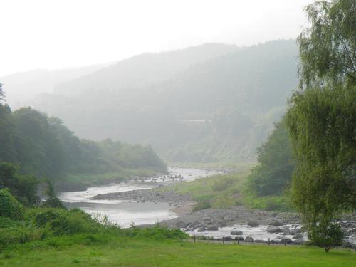 朝靄の吾妻川